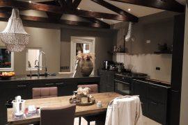Binnenschildering van authentieke keuken